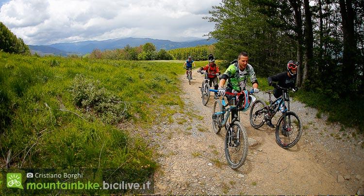 biker salgono a piedi un tracciato