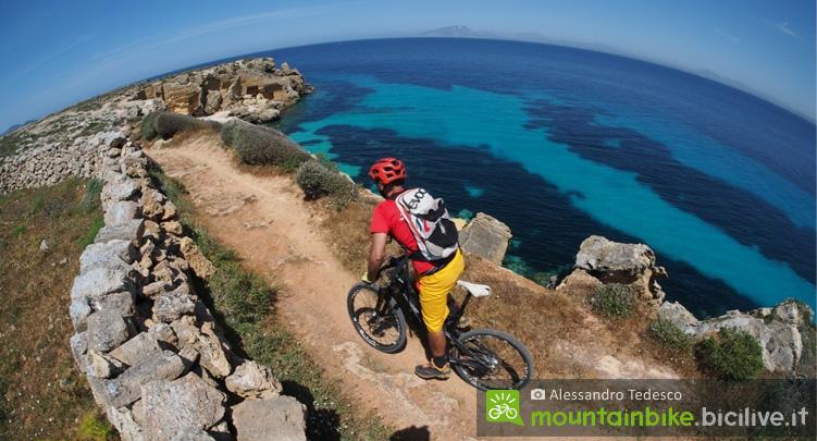 biker impegnato in un itinerario al mare in sicilia