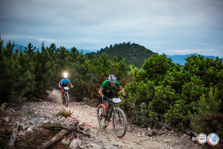foto di due ciclisti sulle Manie di Finale Ligure