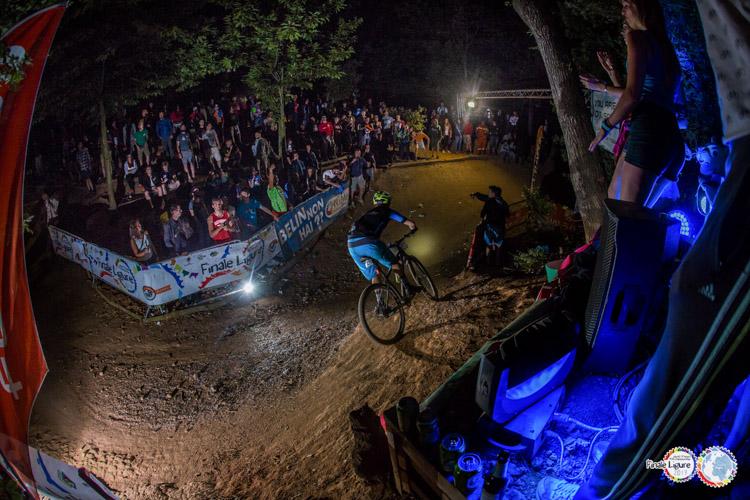 foto notturna del Toboga a Finale Ligure