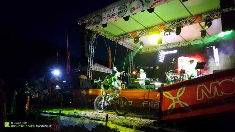 foto di ciclisti davanti al palco della 24h di finale ligure