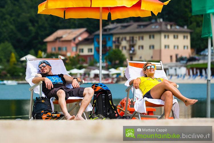ciclisti si rilassano in alpe cimbra