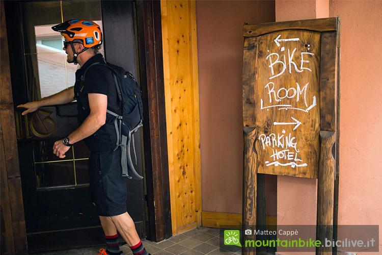 ciclista entra in un bike hotel