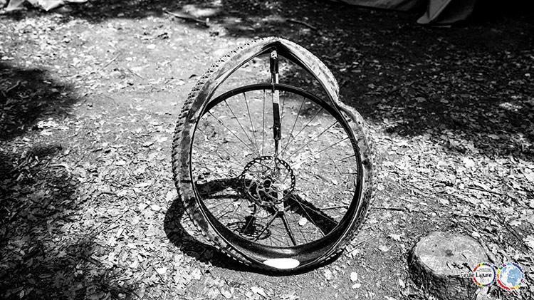 foto di una ruota bucata alla gara mtb 24H di finale ligure
