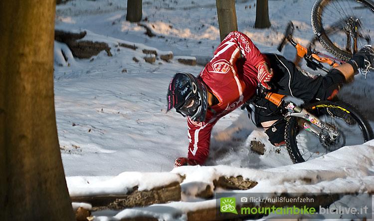 biker cade indossando i guanti