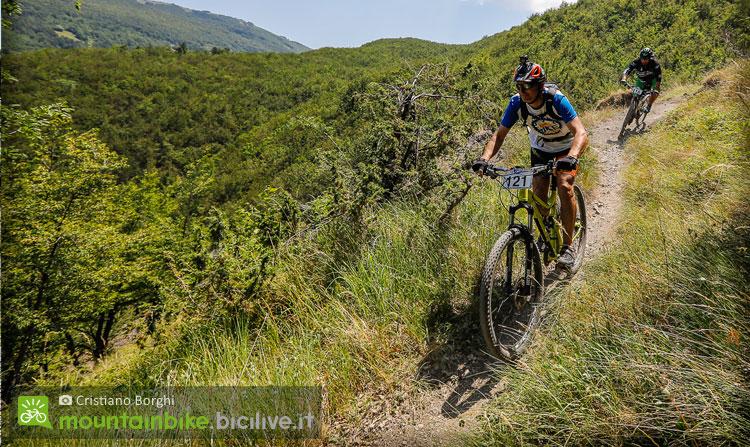 biker segue la traccia GSP del cimone bike park