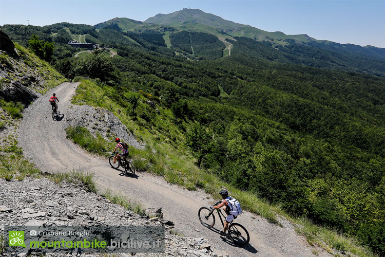 ciclisti in mtb da montecreto a monte cimone
