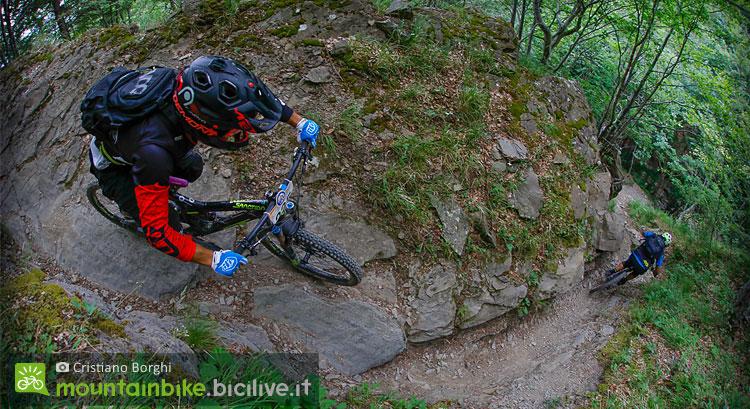 biker scendono dal trail rio canalone