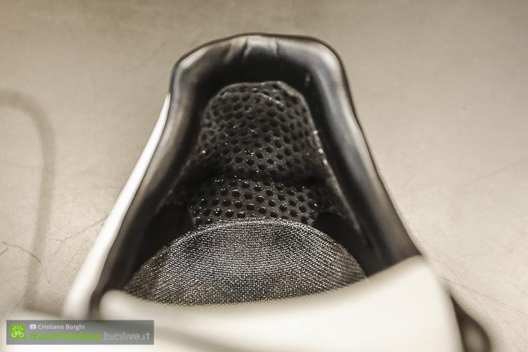 foto dell'inserto anti scivolo sul tallone della scarpa mtb DMT DM1