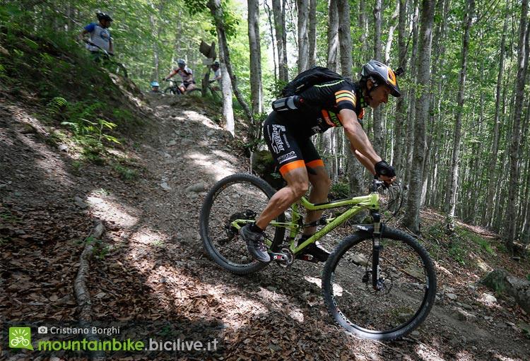 biker scende sui trail del monte cimone con un istritture