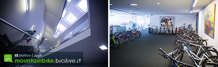 foto delle scale che portano agli uffici e lo showroom del piano superiore di KTM.