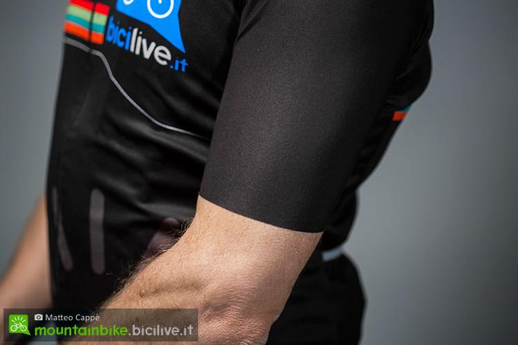 foto della manica della maglia santini bicilive