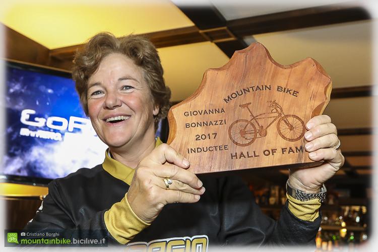 foto di giovanna bonazzi con il trofeo della Hall of Fame della mtb.