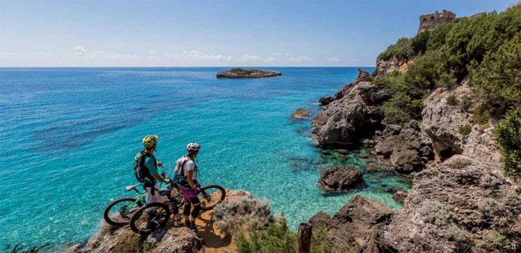 Rider mtb in riva al mare nel Cilento