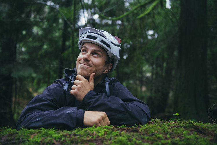 Remi Gauvin del Rocky Mountain Race Face Enduro Team in posa buffa