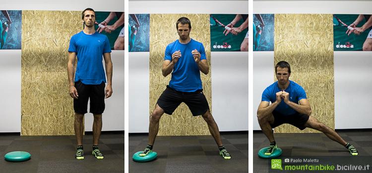Gli affondi laterali su una superficie instabile son un ottimo esercizio per variare lo stimolo allenante, oltre a migliorare la propriocezione