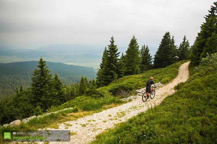 foto di un biker in alpe cimbra