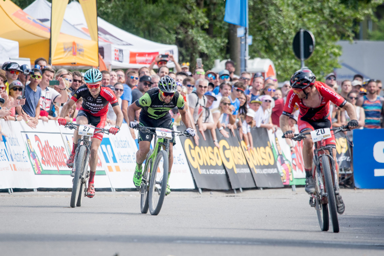 tre corridori sprintano sulle loro mtb nella gara XCO di Albstadt 2017