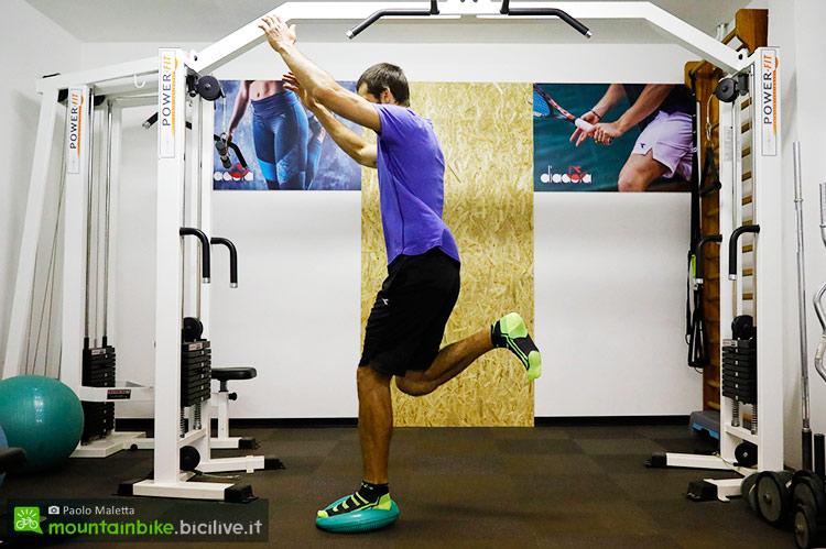 foto di un atleta che allena la propriocezione