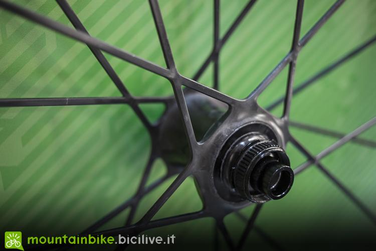 Particolare dell'intersezione dei raggi con il guscio mozzo delle ruote Syncros Silverton SL