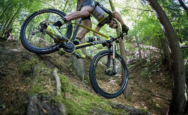 biker con bici Canyon da XC