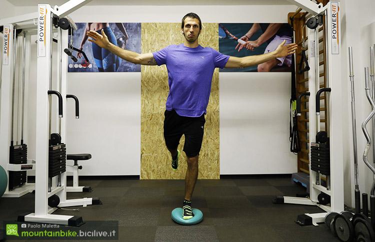 Esercizio propriocettivo con appoggio monopodalico su pad