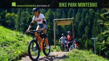 foto di una ragazzina in sella a una mtb al bike park montebike
