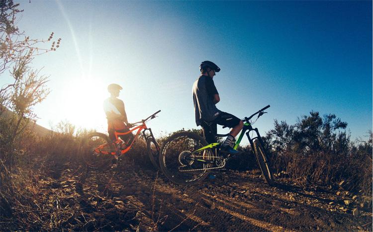Due rider in sella a mtb Giant del catalogo 2019