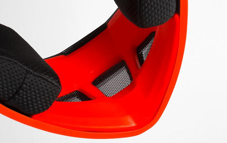 particolare interno della mentoniera del casco  Bluegrass Legit Carbon