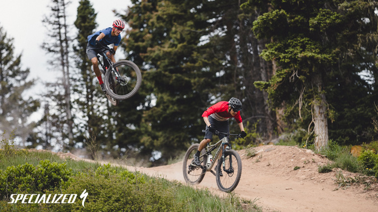 Due rider in discesa in sella a mtb Specialized