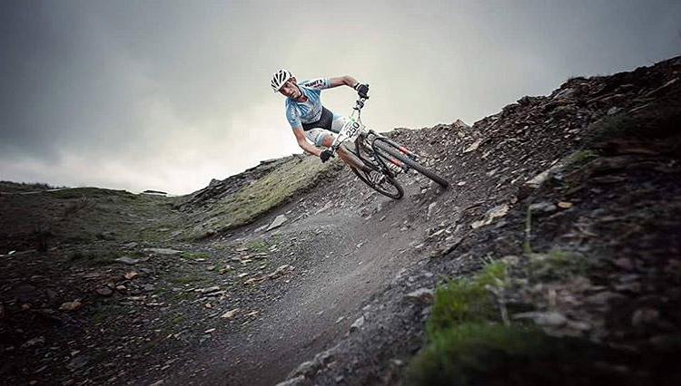 Biker si allena per una gara
