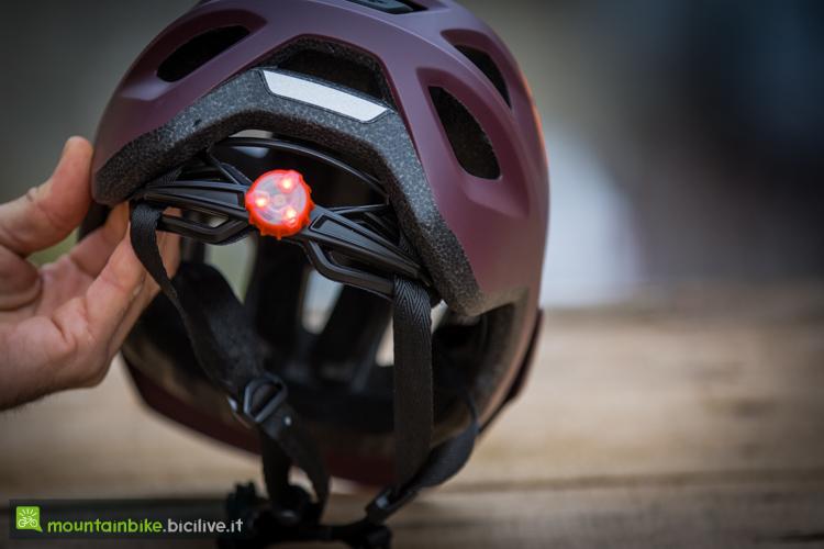 foto della luce del casco met echo