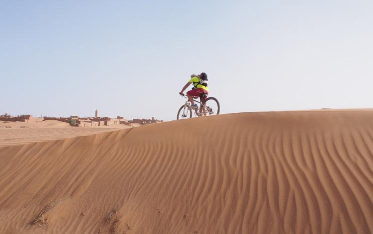 Ciclista nei pressi del villaggio di Ait Isfoul in Marocco