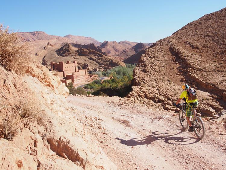 Cicloturista su mountain bike presso le discese della Dades Valley in Marocco.
