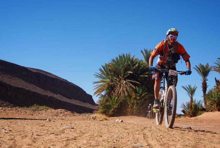 Ciclo turista in mtb lascia un'oasi per affrontare il deserto del Sahara