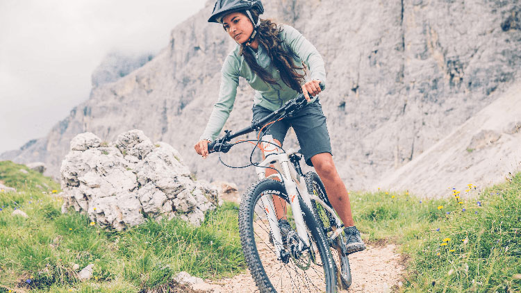 ciclista in sella ad una mtb modello donna catalogo 2019