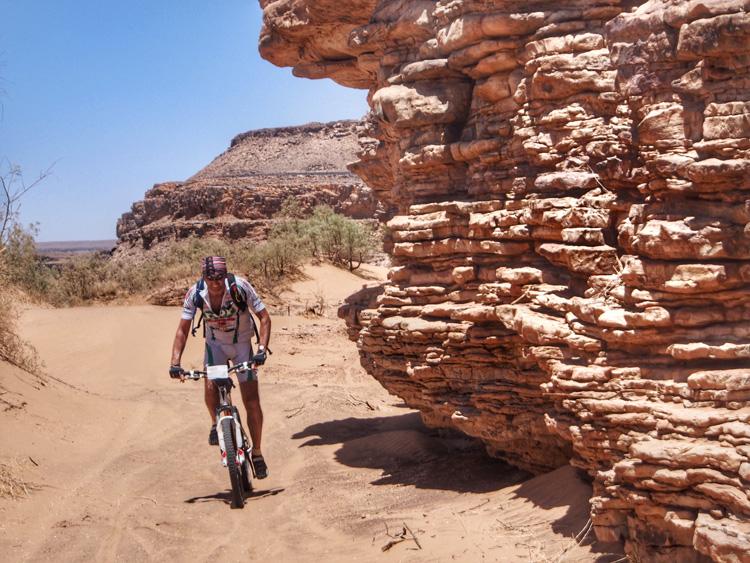 Cislista mtb nei pressi di Zagoura, la porta del Sahara occidentale.