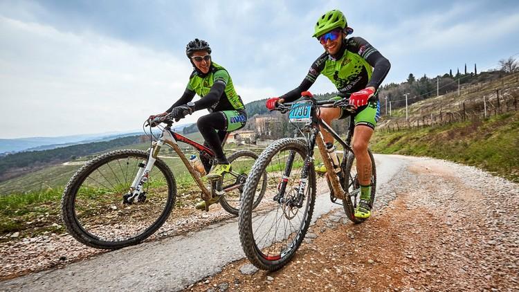 coppia di atleti in salita durante la bike world zero wind