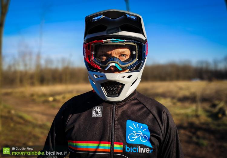 foto di un rider con casco leatt dbx 4.0