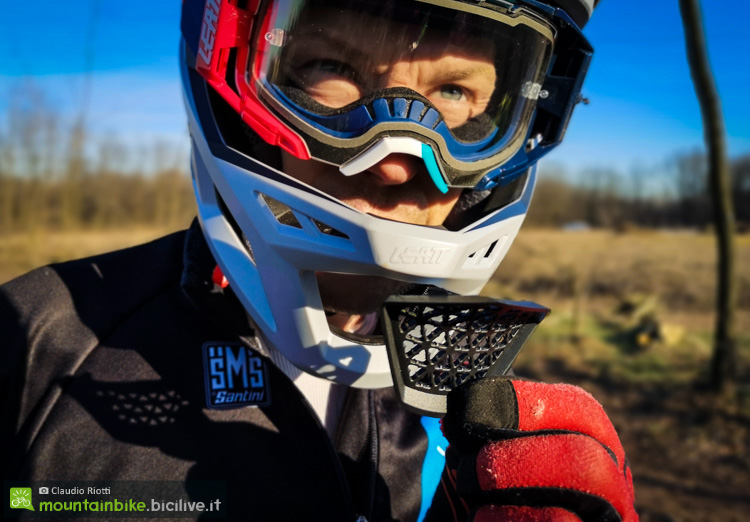 foto del coperchio della mentoniera del casco leatt dbx 4.0