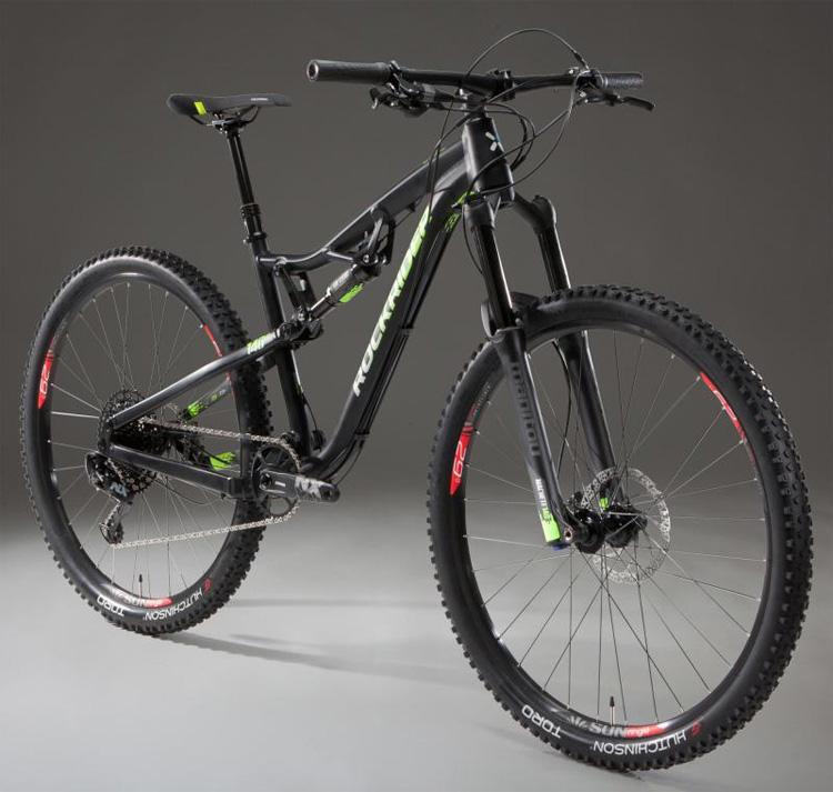 Una mountain bike biammortizzata Rockrider AM 100 con gomme da 29 pollici