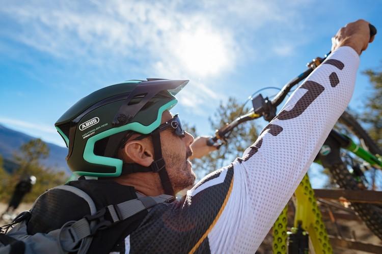 Cedric Gracia di spalle con indosso il casco ABUS Montrailer