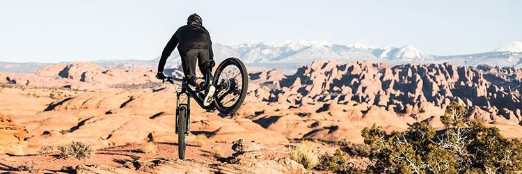 Ciclista durante un salto a bordo di una mtb canyon