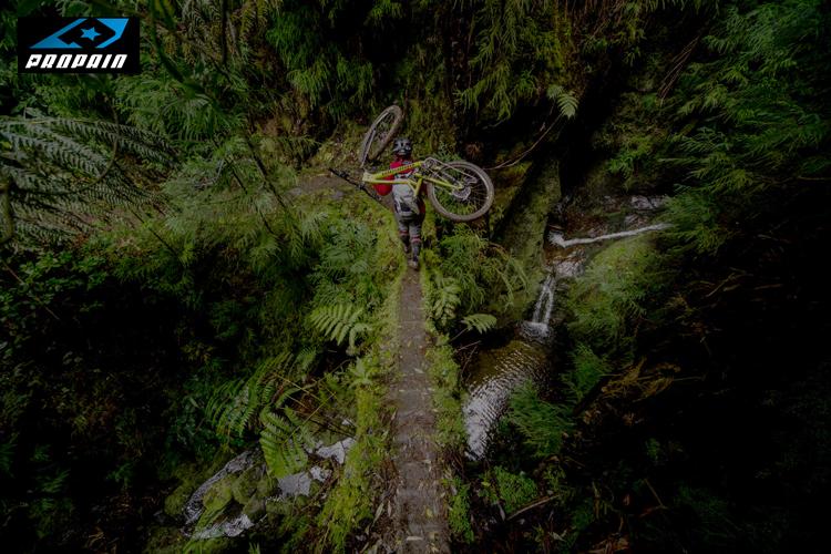 La mtb trail Propain Hugene in spalla al proprio biker