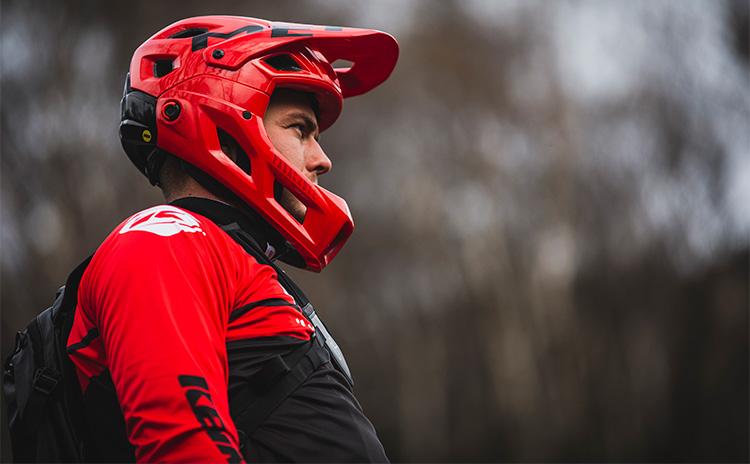 casco rosso indossato dal ciclista fuori strada laterale met 2019