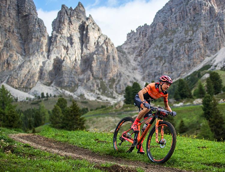 ragazza che va in bici con mtb 110fx gurante gara di montagna 2019
