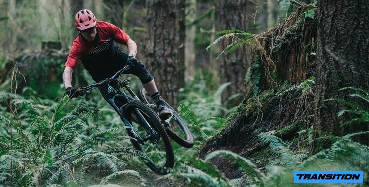 Un rider si diverte in sella a una Transition Smuggler Carbon XO1