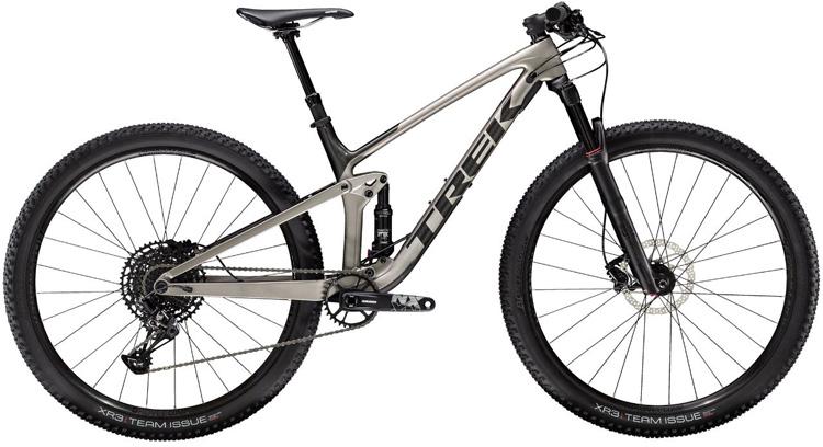 Una mountain bike Trek Top Fuel 9.7 2020 di lato