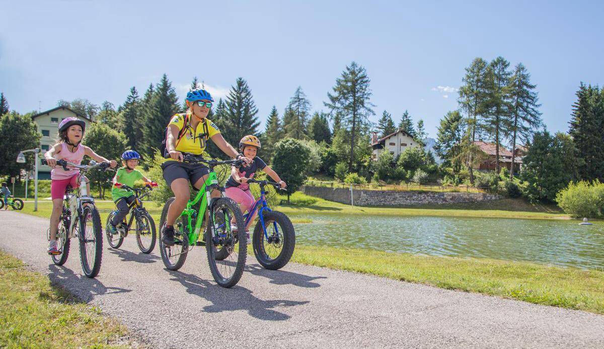 bambini che pedalano nelle ciclabili dell'Alpe Cimbra