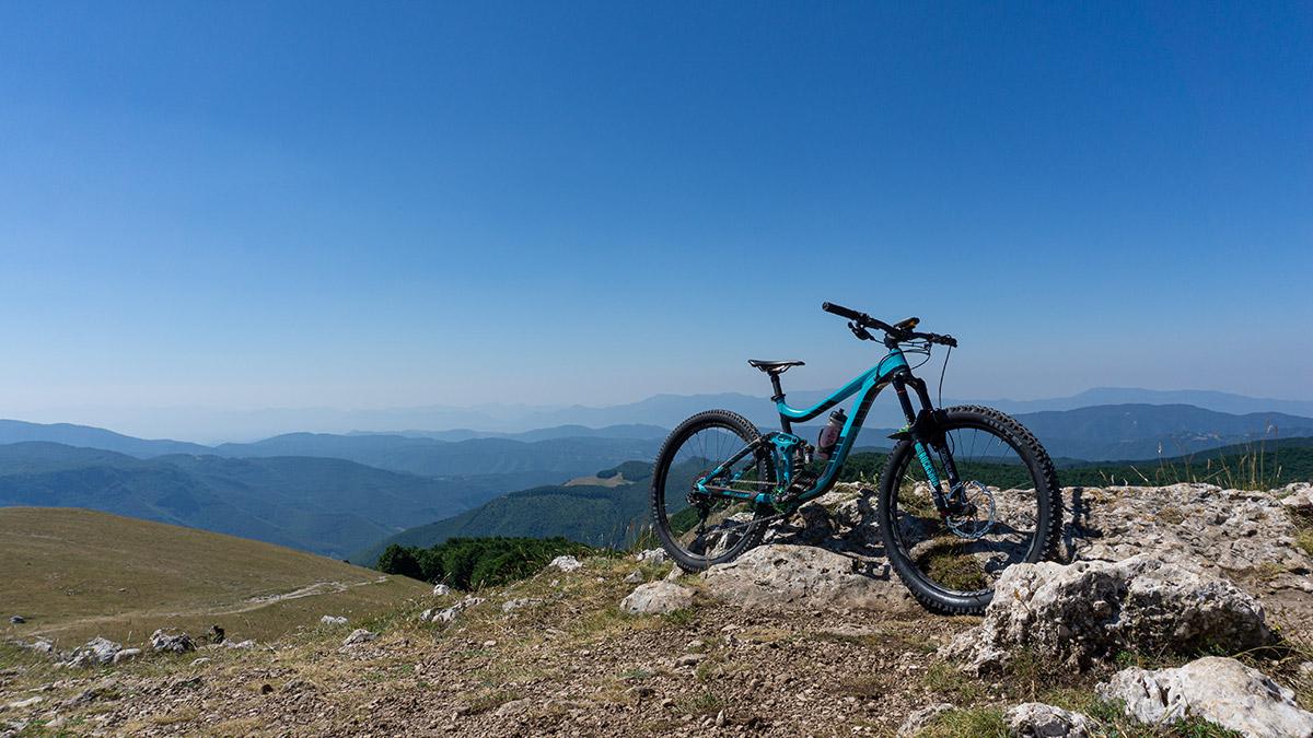 immagine ext storia lok v3 su giant reign con panorama di montagne sullo sfondo